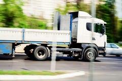 lastbiltrafik som på passerar stadsvägen, hastighet Arkivfoto