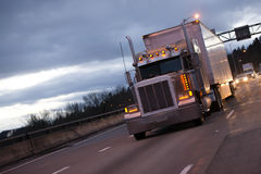 Lastbiltraktor och släp för klassisk amerikansk stor rigg halv på eveni Royaltyfri Bild