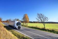 Lastbiltransport på vägen arkivfoton