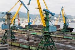 Lastbruk av metall ett skepp i port Nakhodka Royaltyfria Foton