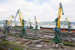 Lastbruk av metall på ett skepp i Nakhodka Arkivfoton
