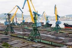 Lastbruk av metall på ett skepp i Nakhodka, Ryssland Royaltyfria Bilder