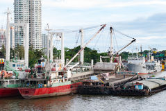 Lastfartyg ankrade i Chao Phraya River, Bangkok, Thailand Royaltyfri Bild