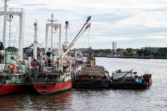 Lastfartyg ankrade i Chao Phraya River, Bangkok, Thailand Royaltyfri Foto