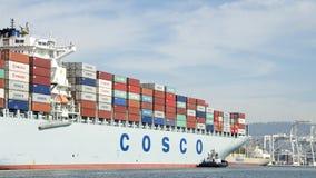 Lastfartyg COSCO GUANGZHOU som skriver in porten av Oakland Arkivbilder