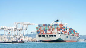 Lastfartyg COSCO MALASIA som skriver in porten av Oakland Arkivbild