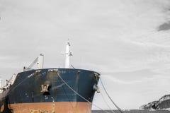 Lastfartyg framåtriktat på monokrom arkivfoton