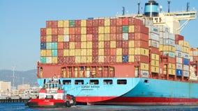 Lastfartyg GUNVOR MAERSK som skriver in porten av Oakland arkivbild