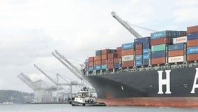Lastfartyg HANJIN FÖRENADE KUNGARIKET som avgår porten av Oakland Arkivfoton