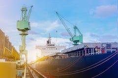 Lastfartyg, i att sväva skeppsdockan och boendedäcket royaltyfri fotografi