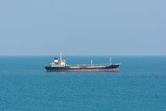 Lastfartyg i blått vatten för hav Royaltyfri Bild