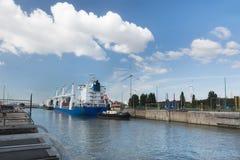 Lastfartyg i det Zandvliet låset Arkivbild