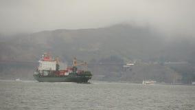 Lastfartyg i dimma Fotografering för Bildbyråer