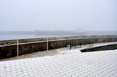 Lastfartyg i dimman royaltyfri fotografi