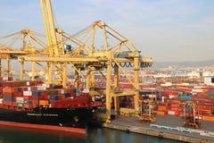 Lastfartyg i en port Arkivfoton
