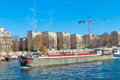 Lastfartyg i en stad Arkivfoto
