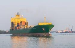 Lastfartyg i floden Royaltyfria Bilder