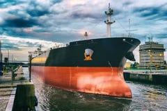 Lastfartyg i hamn Arkivbild