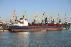 Lastfartyg i hamn Royaltyfria Bilder