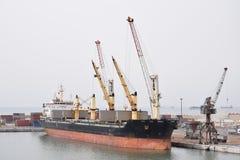 Lastfartyg i hamnen av Agadir Arkivbild