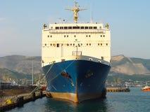 Lastfartyg i hamnstad i Ryssland royaltyfri foto