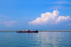 Lastfartyg i havet under trans. Arkivfoto