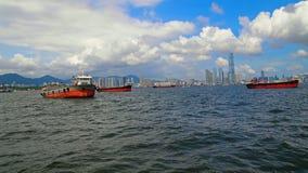 Lastfartyg i Hong Kong Harbor Arkivbilder