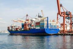 Lastfartyg i Istanbul Fotografering för Bildbyråer