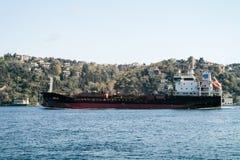 Lastfartyg i Istanbul på Bosporusen Arkivfoto