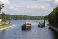 Lastfartyg i kanal Royaltyfri Bild