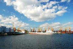 Lastfartyg i port Arkivbilder