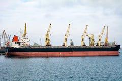 Lastfartyg i porten Royaltyfria Bilder