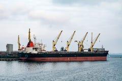 Lastfartyg i porten Arkivbilder