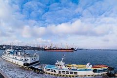 Lastfartyg i porten Arkivfoton
