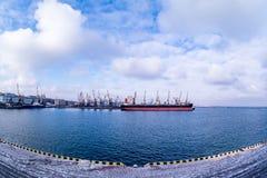 Lastfartyg i porten Royaltyfri Fotografi