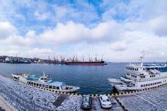 Lastfartyg i porten i vinter Arkivfoton