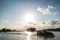 Lastfartyg i solljus Royaltyfri Fotografi