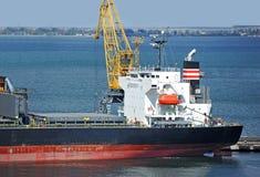 Lastfartyg i stora partier under portkranen Royaltyfri Fotografi