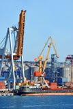 Lastfartyg i stora partier under portkranen Fotografering för Bildbyråer