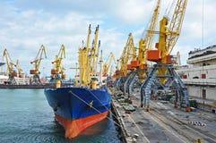 Lastfartyg i stora partier under portkranen Royaltyfria Bilder