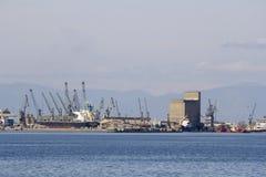 Lastfartyg i vinter på den kommersiella hamnen av Thessaloniki Grekland royaltyfri bild