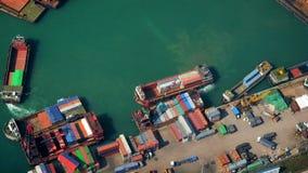 Lastfartyg laddade vid kranen med lastbehållare på en upptagen portterminal Hong Kong lager videofilmer
