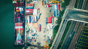 Lastfartyg laddade vid kranen med lastbehållare på en upptagen portterminal Hong Kong Tid schackningsperiod arkivfilmer