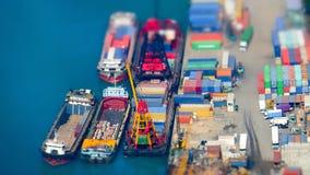 Lastfartyg med behållare på portterminalen Hong Kong Sh lutande Arkivbilder