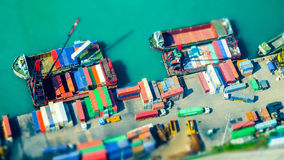 Lastfartyg med behållare på portterminalen Hong Kong Sh lutande Arkivbild