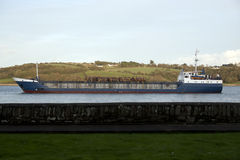 Lastfartyg med bråte royaltyfria bilder