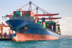 Lastfartyg med onboard behållare Royaltyfria Bilder
