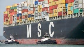 Lastfartyg MSC ARIANE som skriver in porten av Oakland Arkivfoto