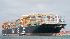 Lastfartyg MSC ARIANE som skriver in porten av Oakland Arkivbild