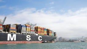 Lastfartyg MSC ARIANE som skriver in porten av Oakland Arkivbilder